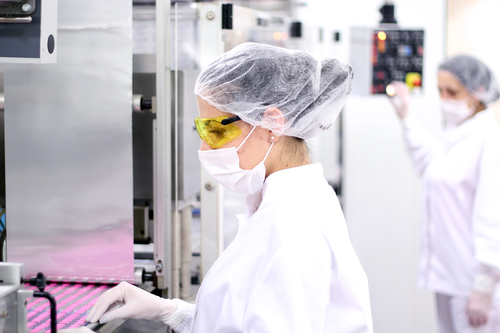 Pharmaceutical-Workers-manufacturing-mrpeasy